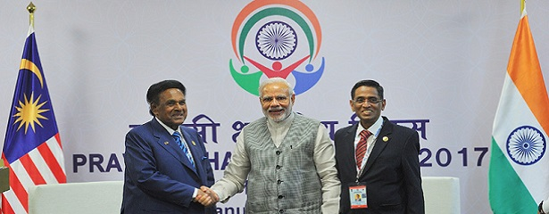 The Prime Minister, Shri Narendra Modi meeting Dato Seri Utama S. Samy Vellu, Malaysia's Special Envoy India & South Asia on Infra & Dr. S. Subramaniam, Malaysian Health Minister, at the Pravasi Bharatiya Divas (PBD-2017) celebrations, in Bengaluru, Karnataka on January 08, 2017.
