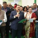 "The Minister of State for Development of North Eastern Region (I/C), Prime Minister's Office, Personnel, Public Grievances & Pensions, Atomic Energy and Space, Dr. Jitendra Singh administering the Swachhta pledge on the occasion of ""Swachhata Pakhwada"", by the Ministry of DoNER, in New Delhi on February 16, 2017. 	The Secretary (DoNER), Shri Naveen Verma is also seen."