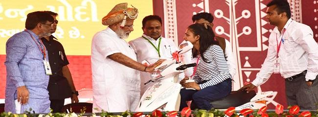 The Prime Minister, Shri Narendra Modi distributing the aids and assistive devices to Divyangjan, at a function, in Silvassa, Dadra & Nagar Haveli on April 17, 2017.