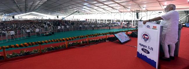 The Prime Minister, Shri Narendra Modi addressing a gathering at the public meeting, in Bajipura, Gujarat on April 17, 2017.