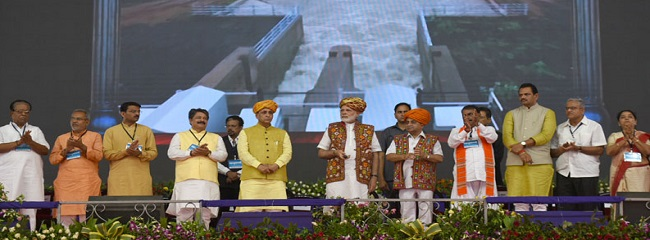 The Prime Minister, Shri Narendra Modi releasing Narmada waters into Tappar Dam from newly inaugurated pumping station, in Bhachau, Gujarat on May 22, 2017. The Chief Minister of Gujarat, Shri Vijay Rupani, the Deputy Chief Minister of Gujarat, Shri Nitinbhai Patel and other dignitaries are also seen.